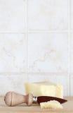 Сыр пармезана, с ножом, космос для текста Стоковое Фото