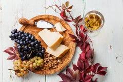 Сыр пармесан и виноградины Стоковые Изображения