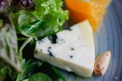 Сыр рокфора отрезал вне с апельсинами и зелеными цветами Закуска, салаты еда здоровая Restaurand и домодельная еда стоковая фотография