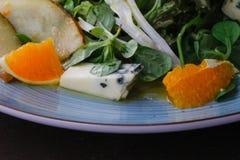 Сыр рокфора отрезал вне с апельсинами и зелеными цветами Закуска, салаты еда здоровая Restaurand и домодельная еда стоковые изображения