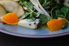 Сыр рокфора отрезал вне с апельсинами и зелеными цветами Закуска, салаты еда здоровая Restaurand и домодельная еда стоковое изображение