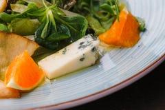 Сыр рокфора отрезал вне с апельсинами и зелеными цветами Закуска, салаты еда здоровая Restaurand и домодельная еда стоковые фото