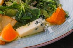 Сыр рокфора отрезал вне с апельсинами и зелеными цветами Закуска, салаты еда здоровая Restaurand и домодельная еда стоковые фотографии rf