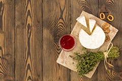 Сыр служил с вареньем, смоквами, шутихами и травами на деревянной предпосылке Место под текстом Плоское положение стоковая фотография rf
