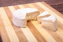 Сыр с белой прессформой Тип камамбера или бри на деревянной таблице завтрак здоровый Стоковые Фото