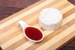 Сыр с белой прессформой Тип камамбера или бри с соусом клюквы завтрак здоровый Стоковое фото RF