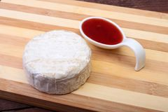 Сыр с белой прессформой Тип камамбера или бри с соусом клюквы завтрак здоровый Стоковое Фото