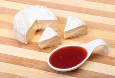 Сыр с белой прессформой Тип камамбера или бри с соусом клюквы завтрак здоровый Стоковые Изображения RF