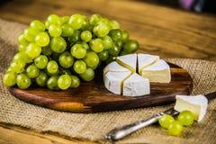 Сыр с белой виноградиной на деревянной доске Стоковая Фотография