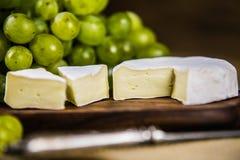 Сыр с белой виноградиной на деревянной доске Стоковые Фото