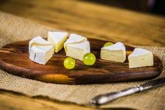 Сыр с белой виноградиной на деревянной доске Стоковые Изображения
