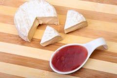 Сыр с белой прессформой Тип камамбера или бри с соусом клюквы завтрак здоровый Стоковая Фотография RF