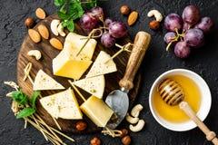 Сыр с виноградиной и гайками на деревянной доске стоковые фото