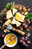 Сыр с виноградиной и гайками на деревянной доске стоковые изображения