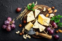 Сыр с виноградиной и гайками на деревянной доске стоковое фото rf