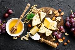 Сыр с виноградиной и гайками на деревянной доске стоковая фотография