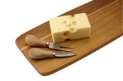 Сыр с отверстиями на разделочной доске стоковое изображение