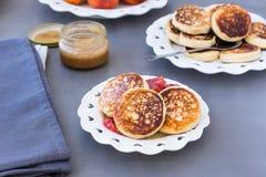 Сыр творога испечет с медом и красными апельсинами стоковые изображения rf