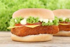 Сыр томатов гамбургера fishburger бургера рыб свежий Стоковое Фото