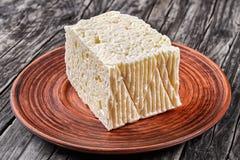 Сыр фета на плите на таблице Стоковые Изображения