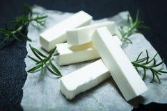 Сыр фета ручек, фокус розмаринового масла выборочный стоковая фотография rf