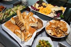 Сыр, хлеб, и шведский стол партии салата Стоковое Изображение RF