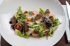 сыр цезаря состоит из одетьнных croutons продуктов моря салата romaine пармезана листьев Стоковые Фотографии RF