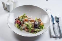 сыр цезаря состоит из одетьнных croutons продуктов моря салата romaine пармезана листьев Стоковое Изображение RF