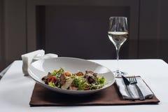 сыр цезаря состоит из одетьнных croutons продуктов моря салата romaine пармезана листьев Стоковые Изображения RF