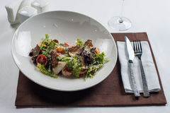 сыр цезаря состоит из одетьнных croutons продуктов моря салата romaine пармезана листьев Стоковая Фотография