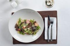 сыр цезаря состоит из одетьнных croutons продуктов моря салата romaine пармезана листьев Стоковое Фото