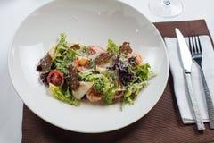 сыр цезаря состоит из одетьнных croutons продуктов моря салата romaine пармезана листьев Стоковое Изображение
