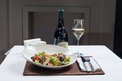 сыр цезаря состоит из одетьнных croutons продуктов моря салата romaine пармезана листьев Стоковое фото RF