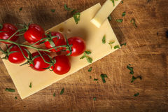 Сыр Эмменталя с томатами и петрушкой вишни на древесине Стоковое Изображение RF