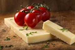 Сыр Эмменталя с томатами и травами вишни на древесине Стоковая Фотография RF