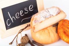 Сыр allsorts и различные рему на светлой предпосылке отмело стоковое фото