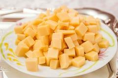 Сыр diced на конце плиты стоковые изображения rf