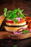 Сыр Halloumi, бургер гриба с сладкими картофелями жарит Концепция здоровой еды Стоковое Изображение RF