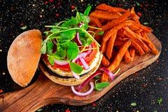 Сыр Halloumi, бургер гриба с сладкими картофелями жарит Концепция здоровой еды Стоковое Изображение