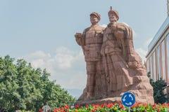 СЫЧУАНЬ, КИТАЙ - 15-ОЕ СЕНТЯБРЯ 2014: Статуи peop Liu Bocheng и Yi Стоковое Фото