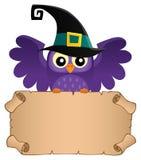 Сыч хеллоуина держа малый пергамент Стоковые Фотографии RF