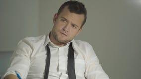 Сыщик парня в белой рубашке слушает собеседника с удивленной стороной в его офисе видеоматериал