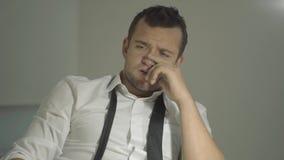 Сыщик парня в белой рубашке слушает собеседника с удивленной стороной в его офисе сток-видео