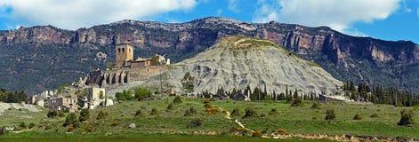 Сьерра de Leyre и руины покинутой деревни Esco Стоковые Изображения