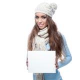 Сь вскользь знак удерживания девушки зимы Стоковая Фотография RF