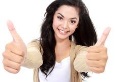 Сь девушка показывает 2 большого пальца руки вверх Стоковая Фотография RF