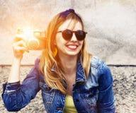 Сь девушка с камерой год сбора винограда стоковая фотография