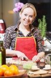 Сь женщина варя в ее кухне Стоковая Фотография