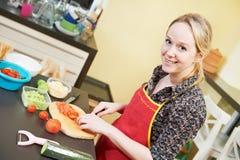 Сь женщина варя в ее кухне Стоковое фото RF