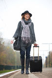 Сь женщина гуляя на платформу вокзала Стоковое Изображение